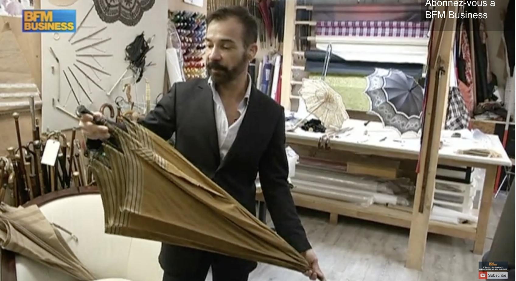 L'insolite du jour : Les parapluies de luxe de Michel Heurtault dans Paris est à vous